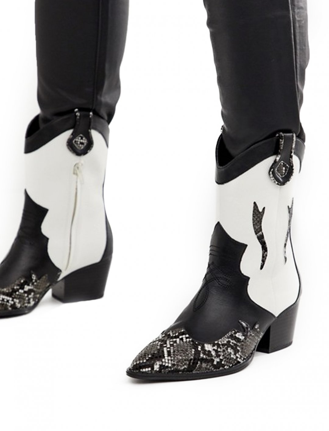 "Western Boots {""id"":12,""product_section_id"":1,""name"":""Shoes"",""order"":12} Stradivarius"